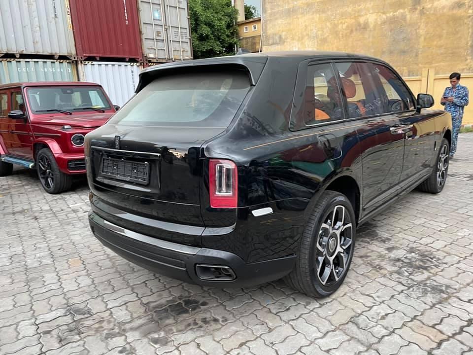 Rolls-Royce Cullinan Black Badge và kế bên là Mercedes-AMG G63 màu đỏ