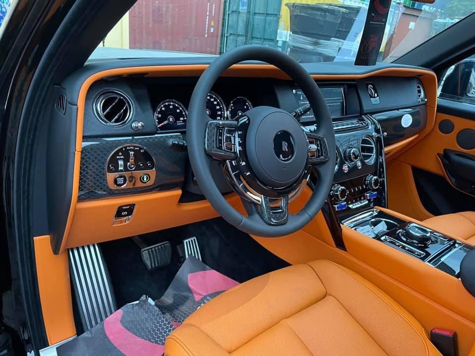 Khoang lái xe có thêm nhiều chi tiết sơn đen và sợi carbon xử lý rất tinh xảo trên bản Rolls-Royce Cullinan Black Badge