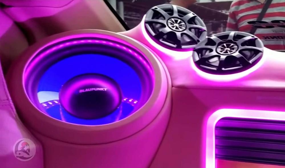 Nội thất bên trong cũng được độ lại với một hệ thống âm thanh chất hơn
