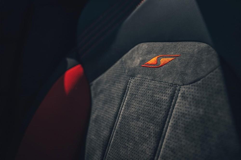 Logo S thêu trên ghế của Bentley Bentayga S 2022