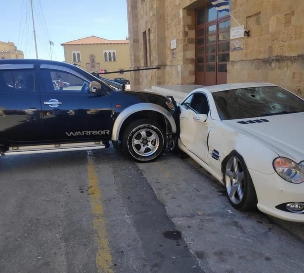 Chiếc xe bán tải Mitsubishi Triton tông vào Mercedes-Benz SL đang đỗ