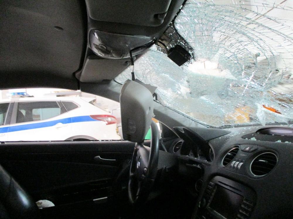 Nội thất bên trong chiếc Mercedes-Benz SL sau khi bị đập phá