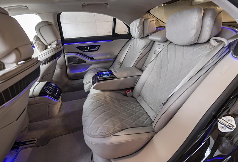 Hàng ghế sau rộng rãi của Mercedes-Benz S-Class 2021