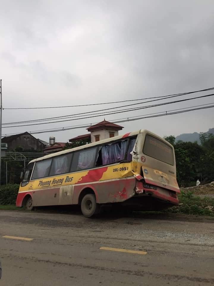 Cả chiếc xe bán tải và xe buýt đều bị hư hỏng