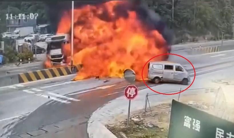 2 xe đầu kéo bốc cháy và cú đánh lái nhanh như cắt của tài xế xe van