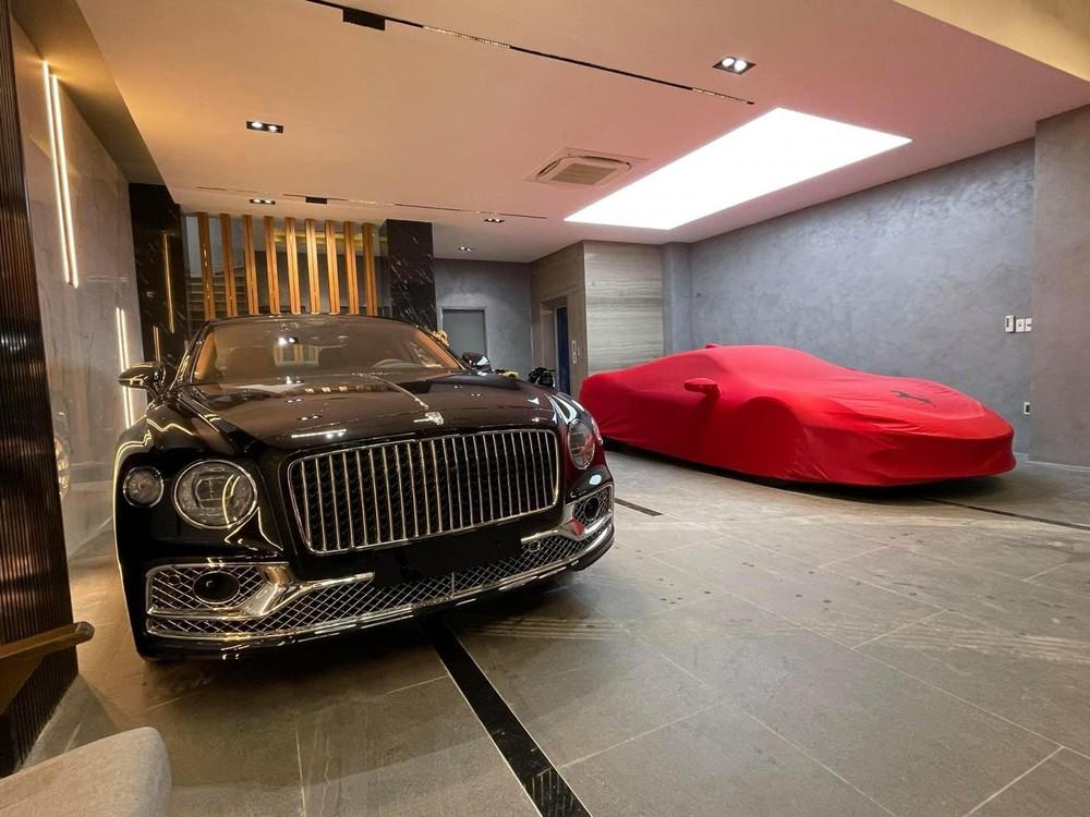 Sau đó đại gia này mua thêm chiếc xe siêu sang Bentley Flying Spur First Edition