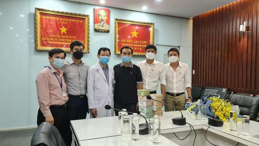 MC Quyền Linh đứng cạnh người chơi lan đột biến ở tỉnh Bình Phước (thứ 2 từ bên phải) trong ngày trao số tiền 2 tỷ đồng để chung tay phòng chống dịch Covid-19