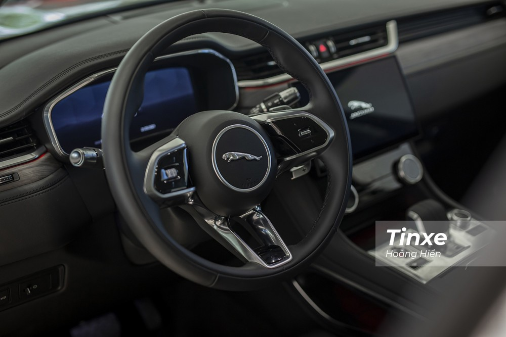 Vô-lăng thiết kế mới của Jaguar F-Pace 2021 khá tương đồng với Jaguar XE 2020.