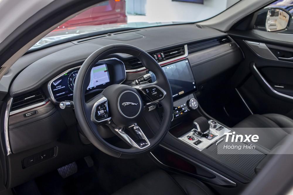 Nội thất Jaguar F-Pace 2021 được nâng cấp theo hướng hiện đại và sang trọng hơn.