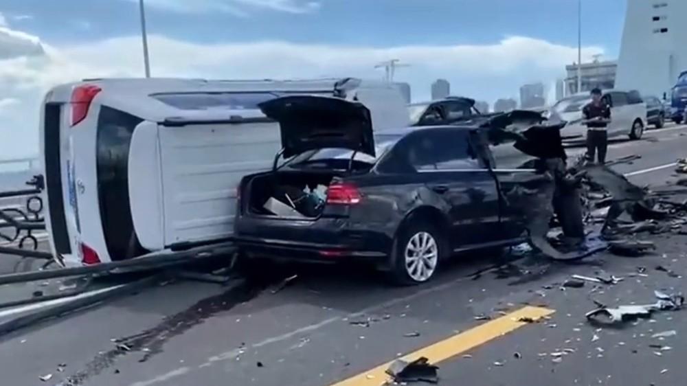 Chiếc Toyota Land Cruiser lật ngang sau vụ tai nạn liên hoàn