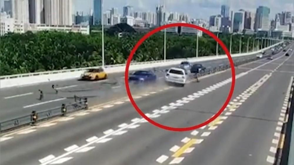 Chiếc Toyota Land Cruiser cày nát dải phân cách và lao sang làn đường ngược chiều, gây tai nạn liên hoàn