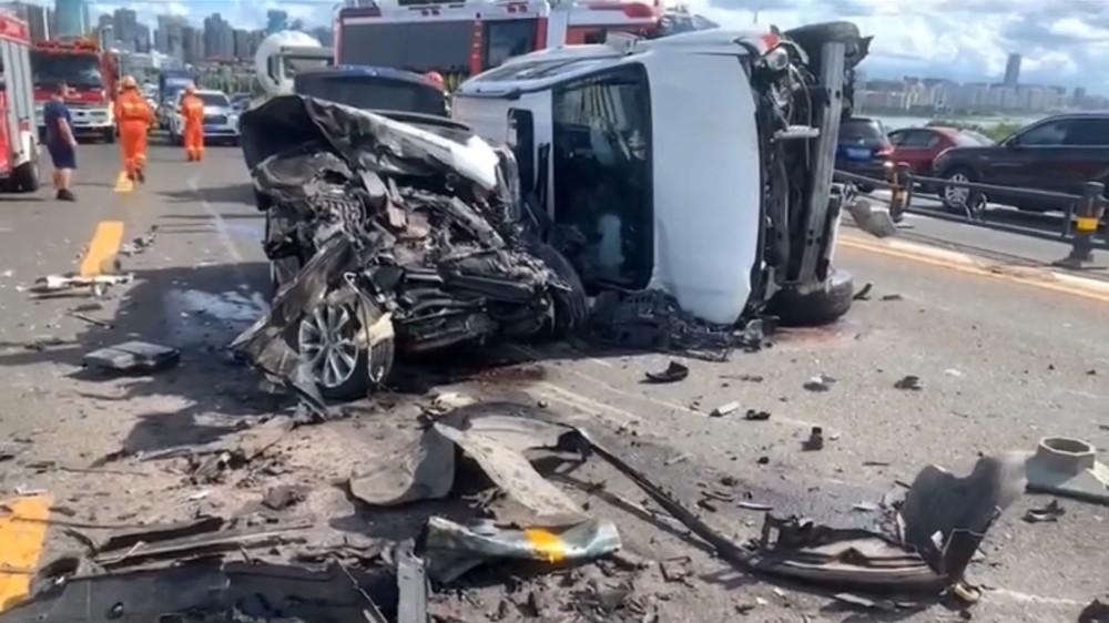 Chiếc Toyota Land Cruiser và chiếc sedan màu đen bị hư hỏng nặng
