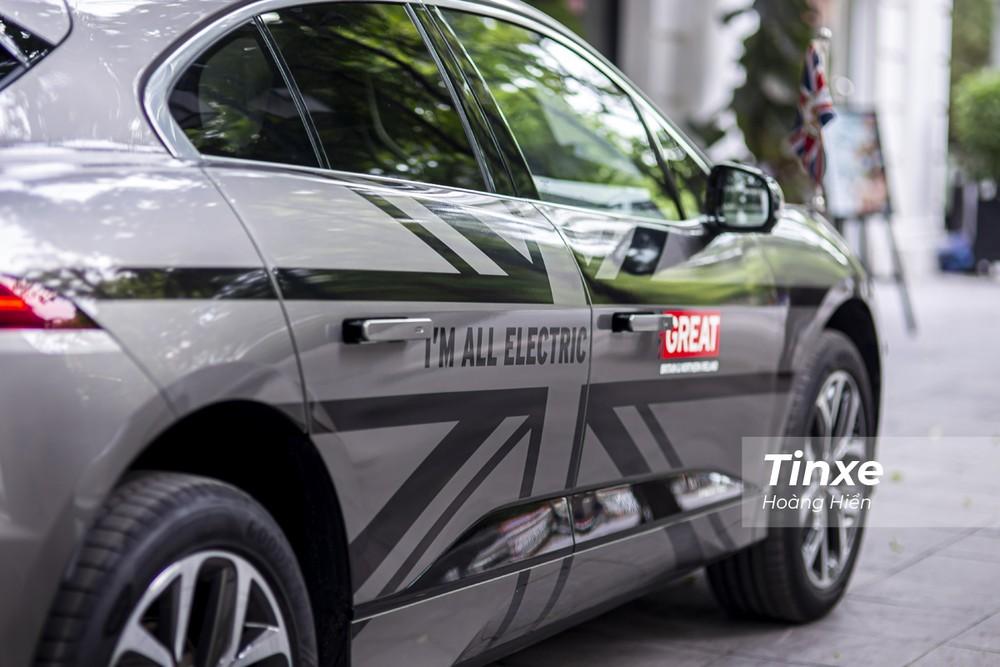 Thân xe được dán decal cờ Anh Quốc.