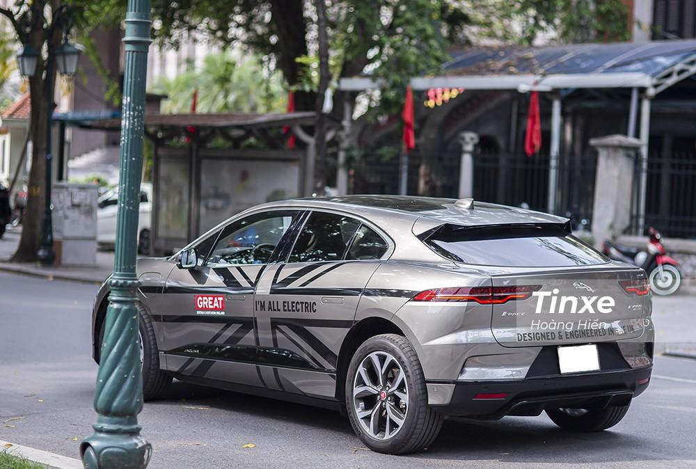 Jaguar i-Pace di chuyển trên đường phố Hà Nội.