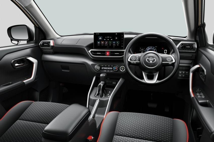 Tại Nhật Bản, Toyota Raize được trang bị màn hình giải trí 9 inch có hỗ trợ kết nối Apple CarPlay/Android Auto cùng bảng đồng hồ kỹ thuật số 7 inch có 4 chế độ hiển thị.