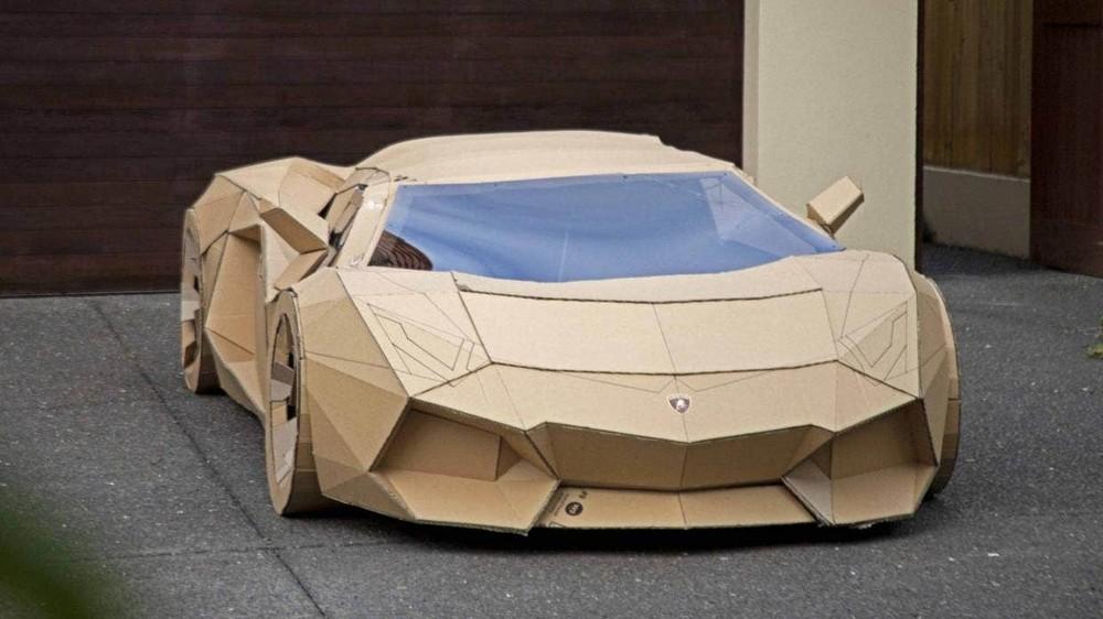 Phía trước của chiếc Lamborghini Aventador bằng bìa cứng