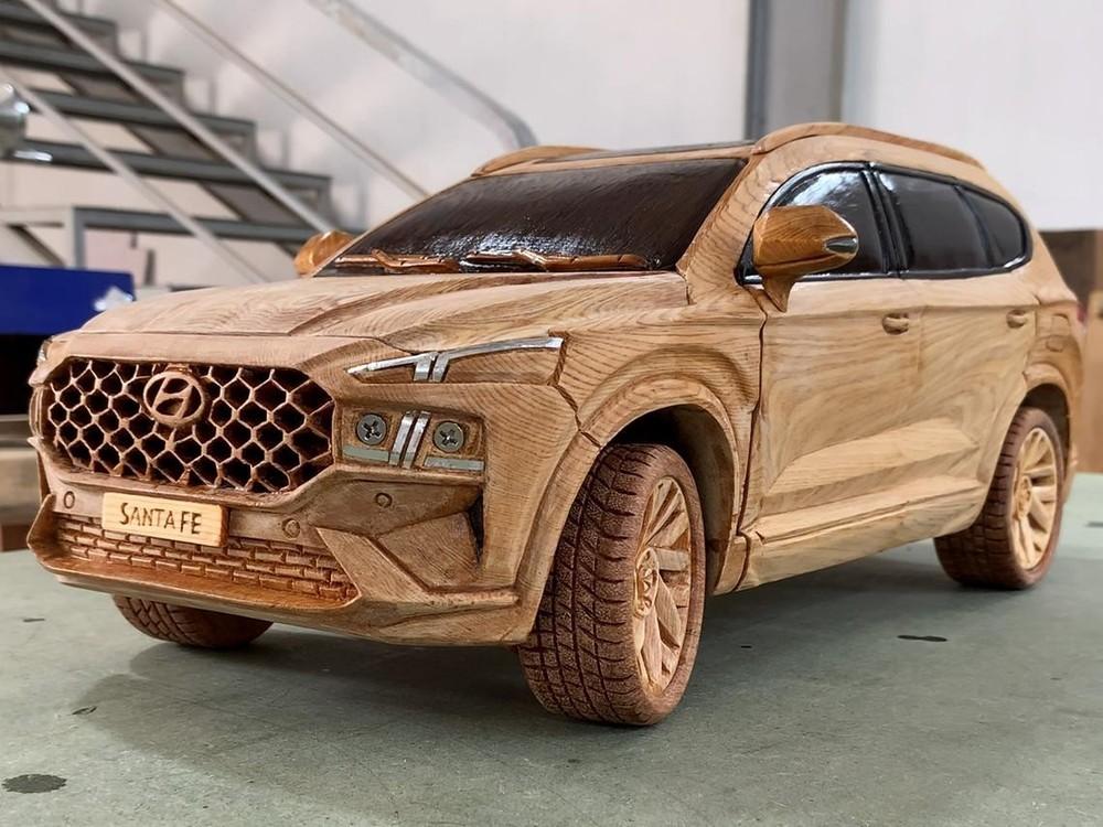 Phía trước của chiếc Hyundai Santa Fe 2021 bằng gỗ
