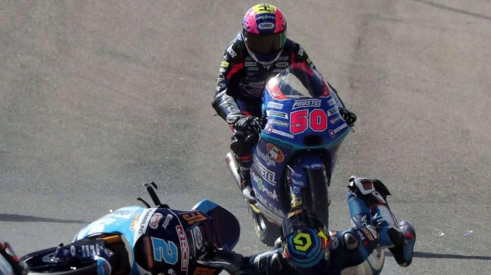 Tay đua bị xe phía sau đè lên sau khi ngã tại khúc cua số 9 trên đường đua