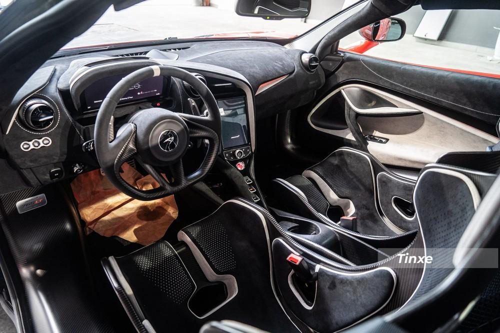 Kiểu ghế đua giúp cho siêu xe McLaren 765LT giảm cân đáng kể lại vừa đảm bảo khách hàng có thể thoải mái khi chạy xe trong đường đua so với hai tuỳ chọn ghế còn lại. Sự bất tiện chỉ đến khi chủ nhân lái xe trên các cung đường dài.