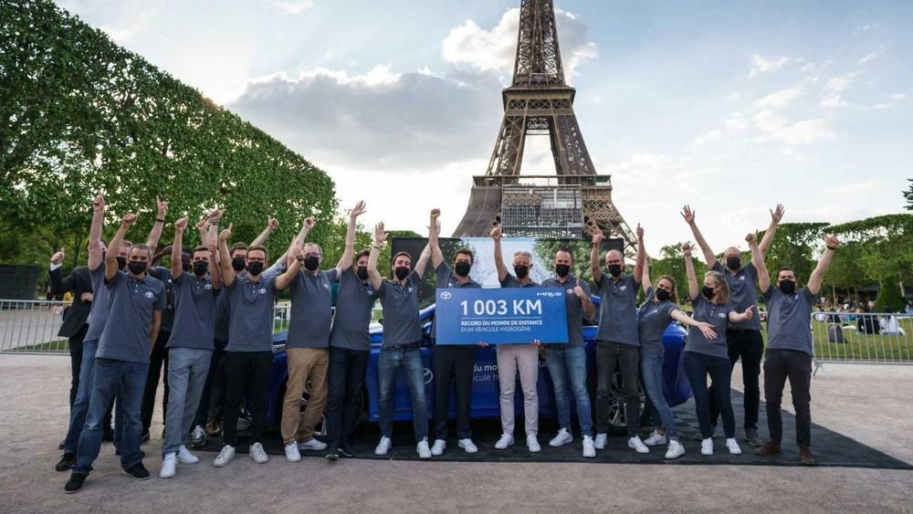 Đội ngũ Toyota ăn mừng thành tích 1.003 km phá kỷ lục thế giới