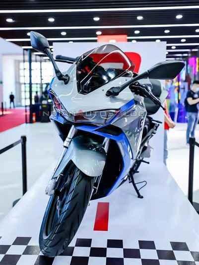 Xe mang thiết kế Sport bike khá giống Yamaha R3 thế hệ cũ