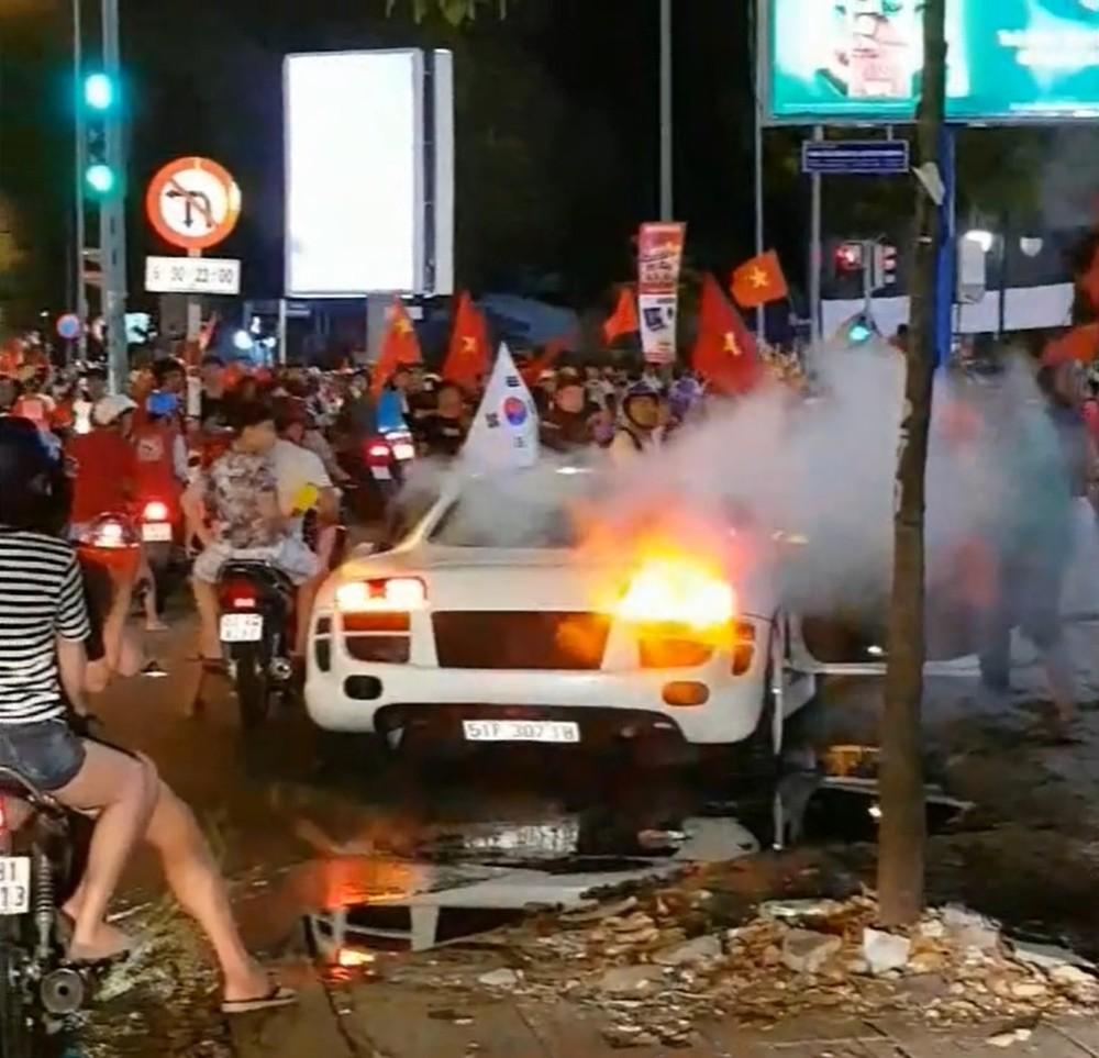 Siêu xe Audi R8 bốc khói từ khoang động cơ sau khi nẹt pô trên đường Sài Gòn