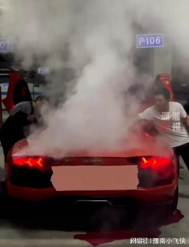 Khói bốc lên nghi ngút từ khoang động cơ của chiếc Lamborghini Aventador