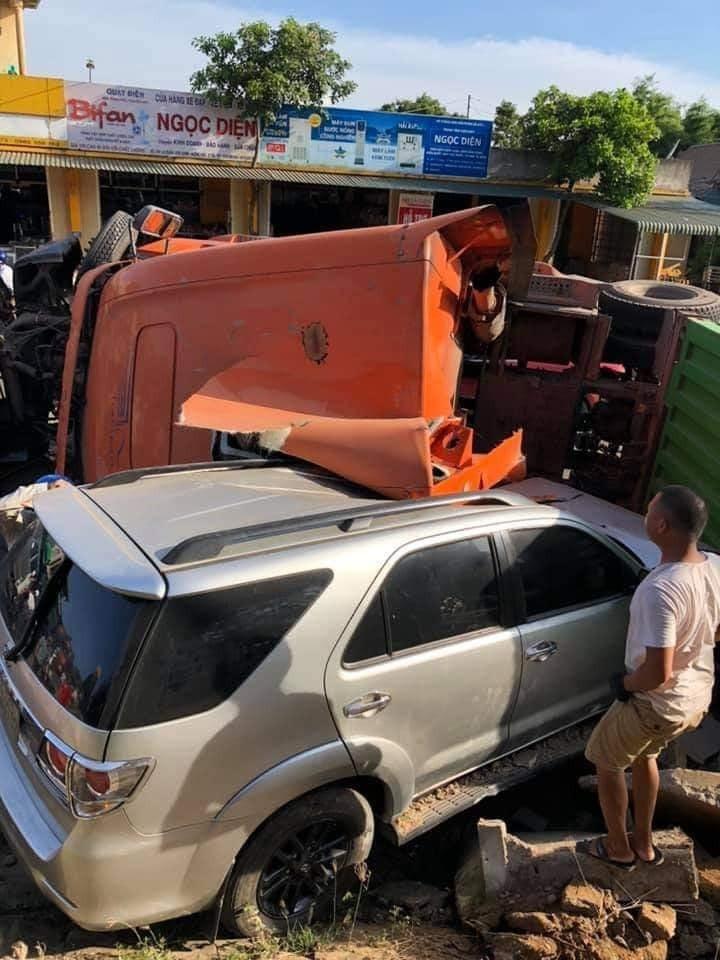 Cả hai chiếc xe đều bị hư hỏng sau vụ tai nạn