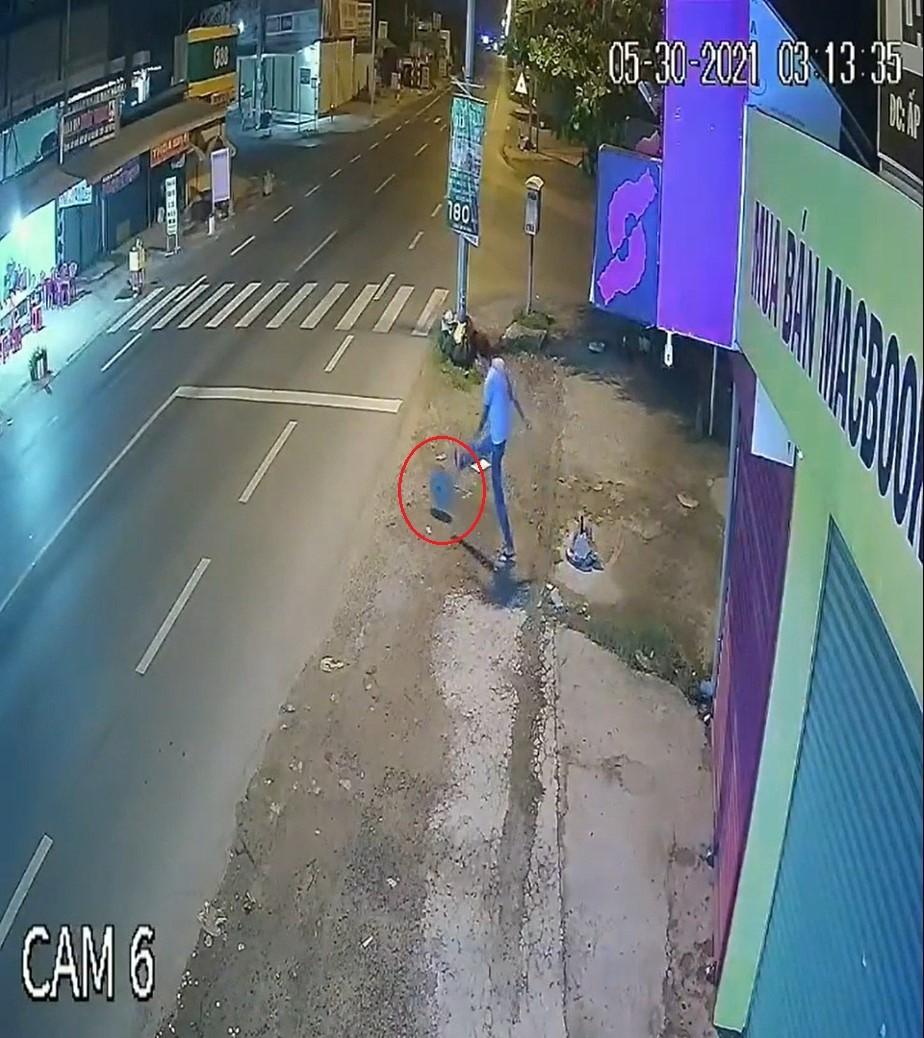 Nam thanh niên lăn cục bê tông ra đường