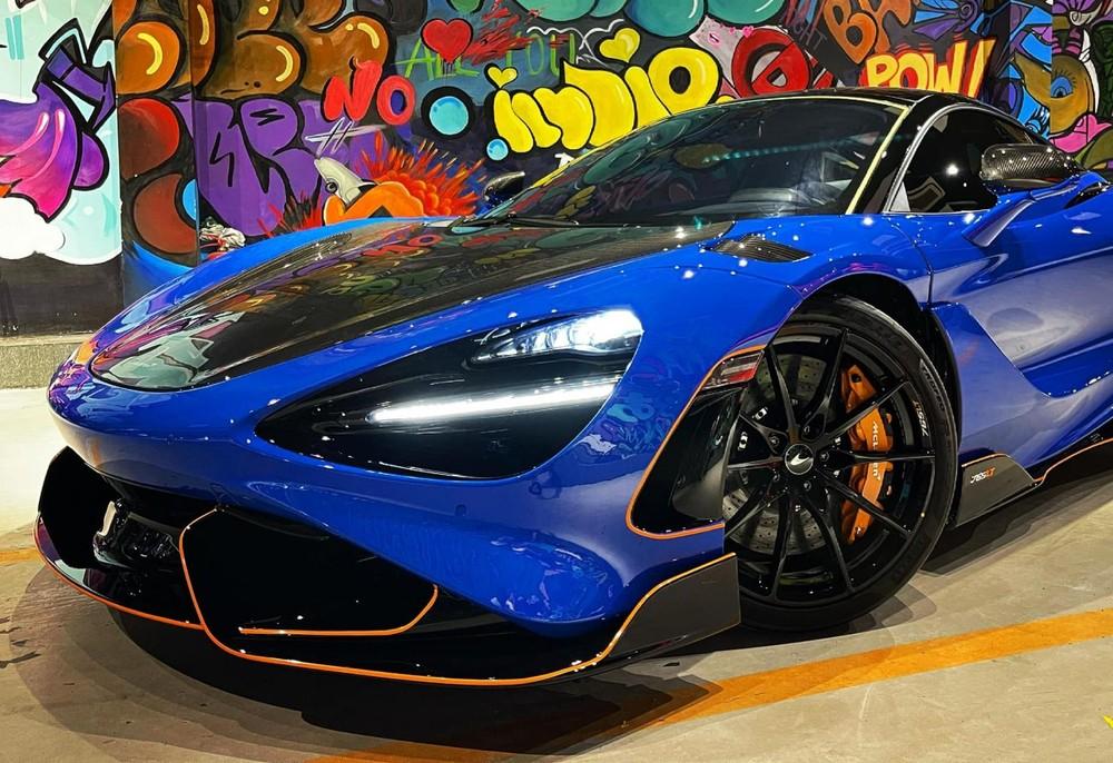 Xe có màu sơn xanh Paris và cùng với đó là hàng loạt chi tiết carbon hay viền cam nổi bật