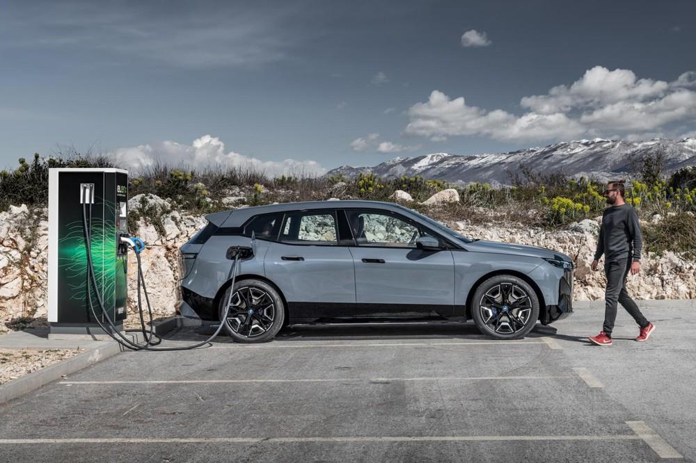 BMW iX tương thích hệ thống sạc nhanh