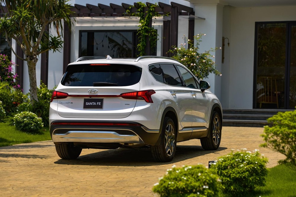 So với đời cũ, giá bán của Hyundai Santa Fe 2021 tăng ít nhất 35 triệu và nhiều nhất 95 triệu đồng.