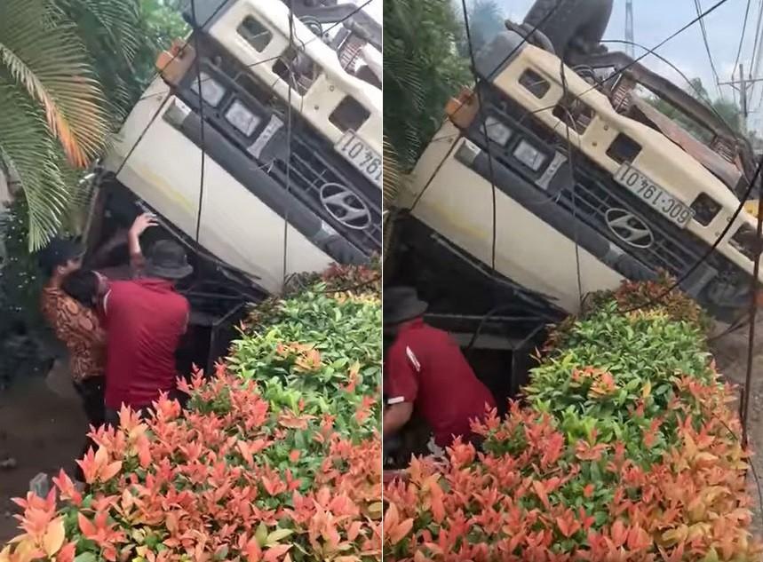 Người dân hỗ trợ đưa tài xế ra khỏi chiếc xe ben bị lật ngửa