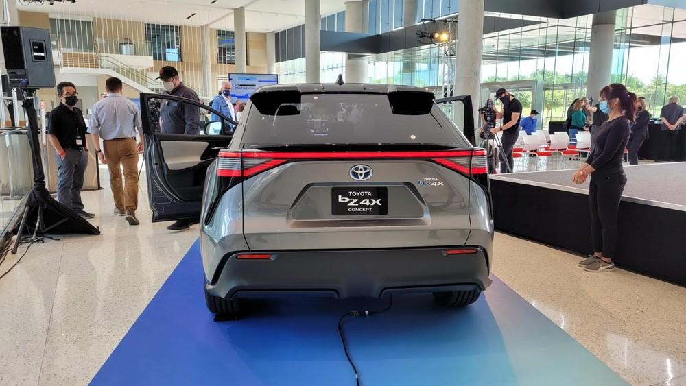 Toyota bZ4X nhìn từ đằng sau