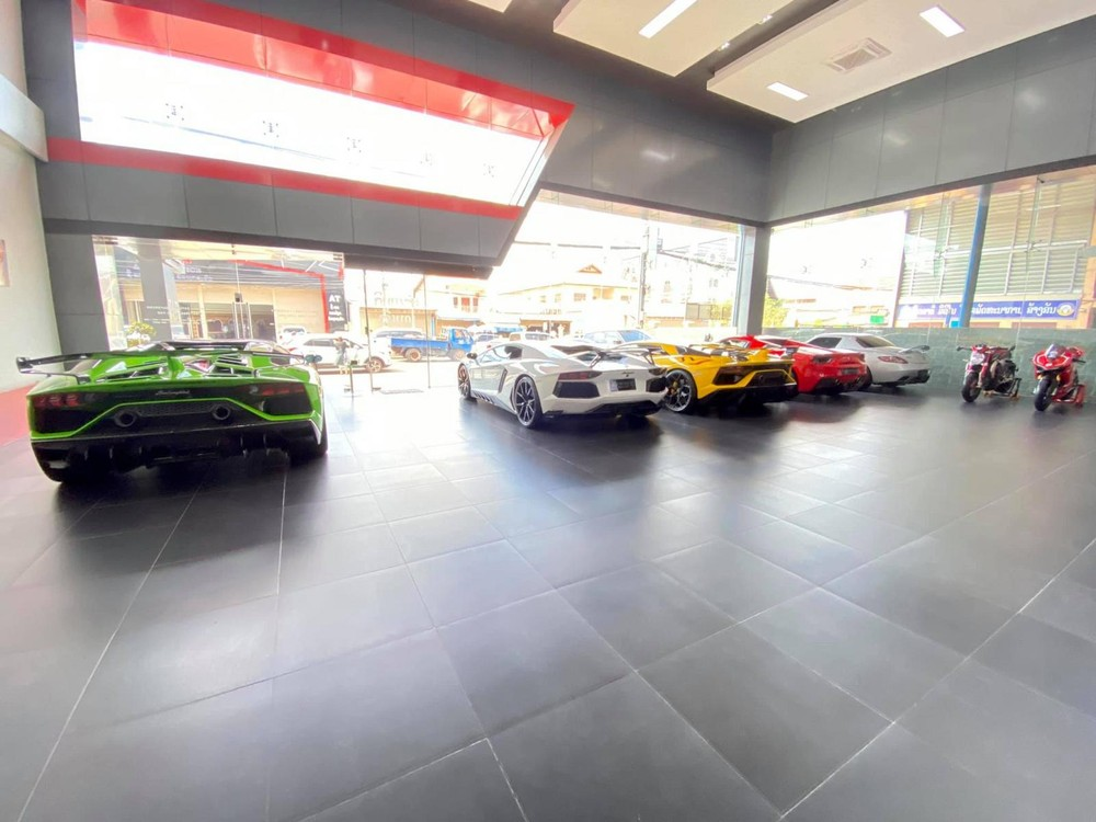 Chiếc siêu xe Lamborghini Aventador SVJ mui trần màu xanh lá và Lamborghini Aventador SVJ Coupe màu vàng đỗ cùng Lamborghini Aventador LP700-4, Ferrari 488 Spider hay Mercedes-Benz SLS AMG