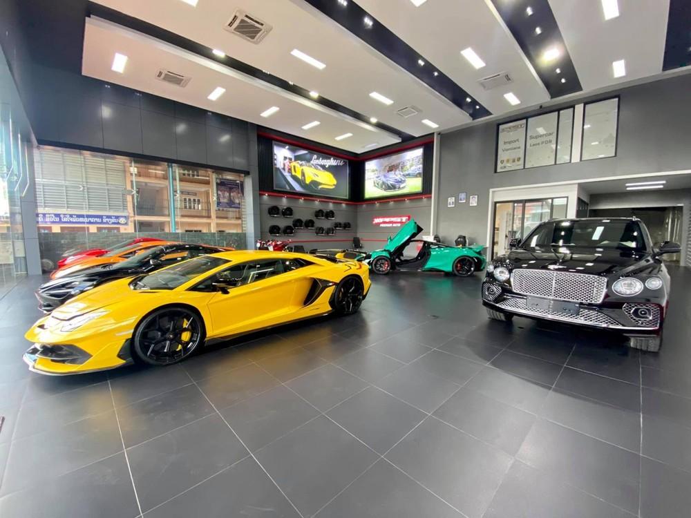 Dàn siêu xe đắt giá của showroom xe ở Lào. Chiếc Bentley Bentayga là mẫu SUV duy nhất có mặt tại đây bên cạnh hơn 6 chiếc siêu xe