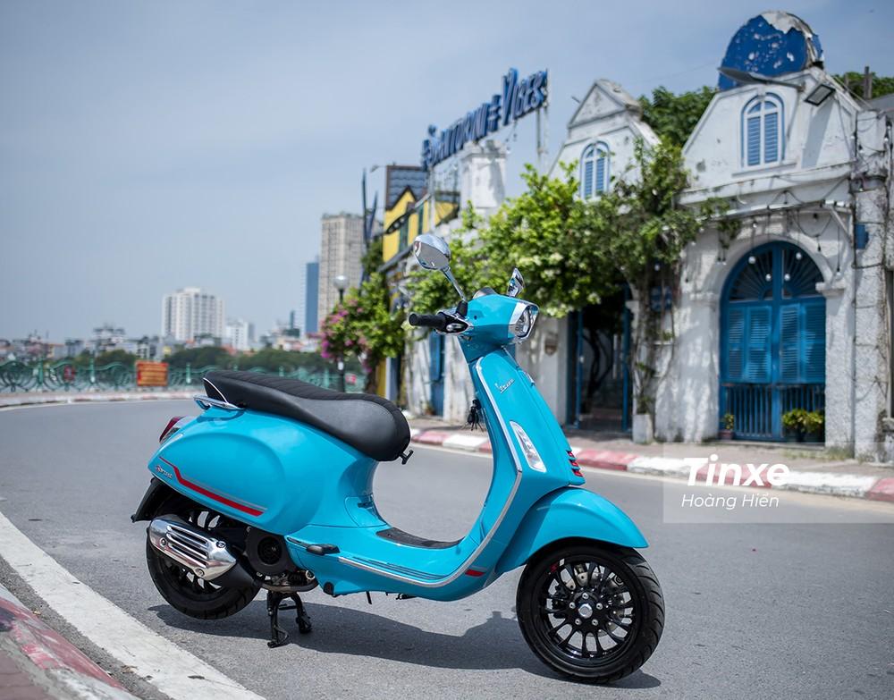 Vespa Sprint S với màu Blue Audace có thể tạo nhiều sắc độ xanh tuỳ theo ánh sáng.