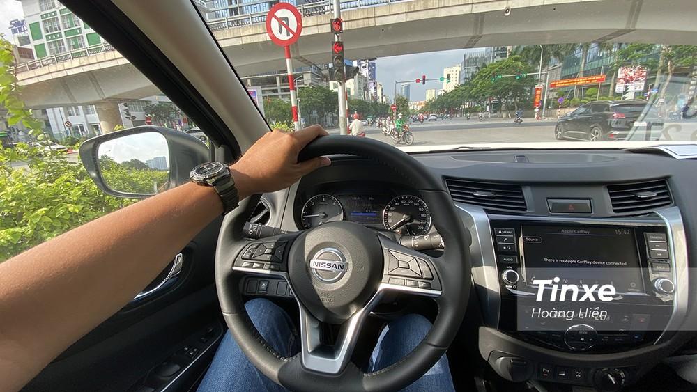 Ở tốc độ chậm, Nissan Navara 2021 vẫn cho cảm giác nặng khi đánh lái và chân ga có độ trễ.