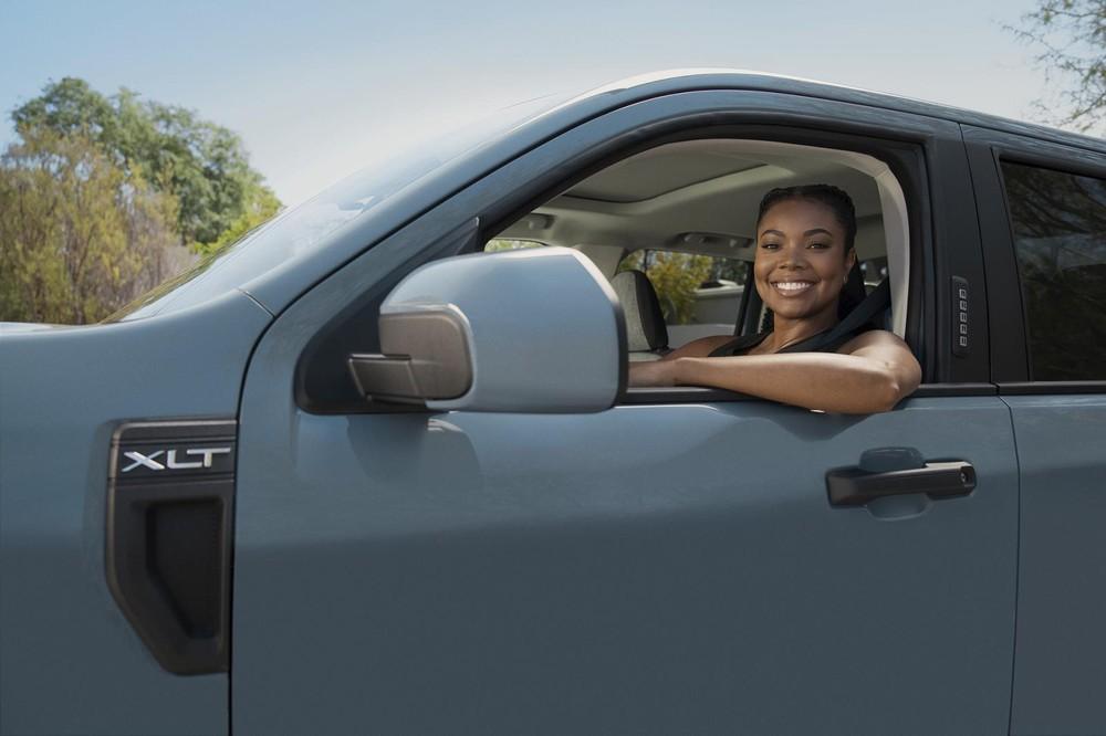 Nữ diễn viên Gabrielle Union chụp ảnh cùng một chiếc Ford Maverick 2022