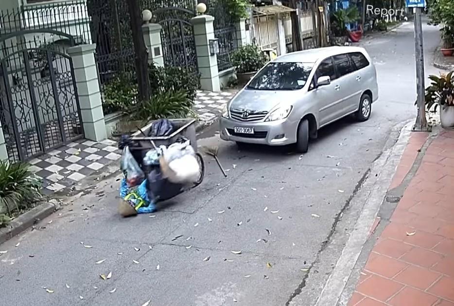 Chiếc Toyota Innova tông trúng xe thu gom rác khiến nữ công nhân môi trường bị ngã ra sau