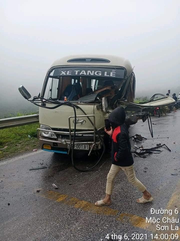 Chiếc ô tô khách 26B-001.81 tại hiện trường vụ tai nạn liên hoàn