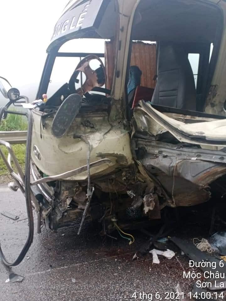 Chiếc ô tô khách 26B-001.81 rụng cả bánh trước bên trái