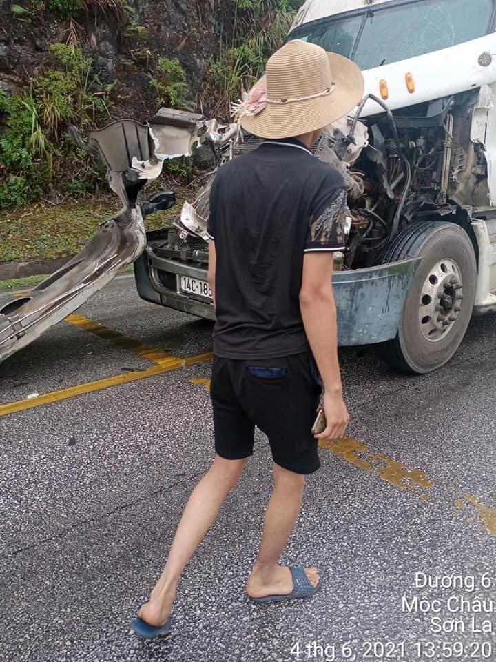 Chiếc ô tô tải 14C-185.06 hư hỏng nặng đầu xe