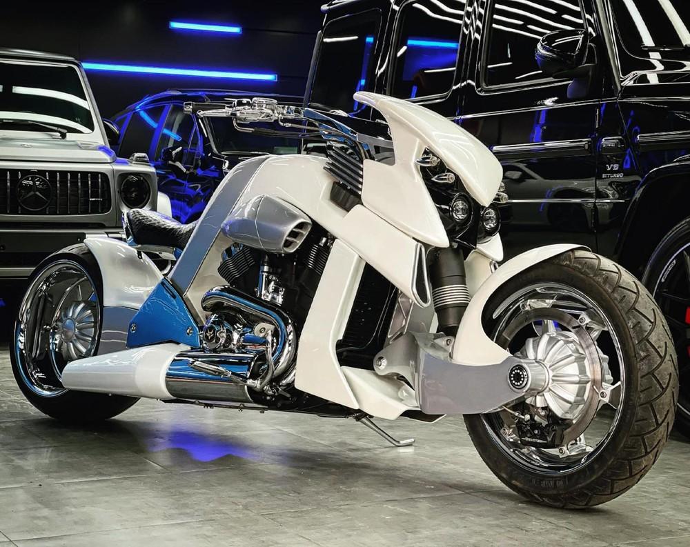 Chiếc xe V-Rex Travertson này có màu sơn trắng độc đáo
