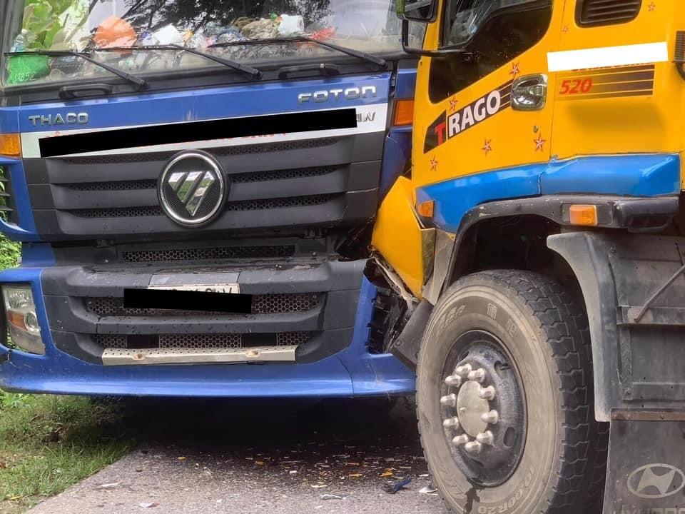 Hai chiếc xe tải cẩu bị hư hỏng ở đầu xe