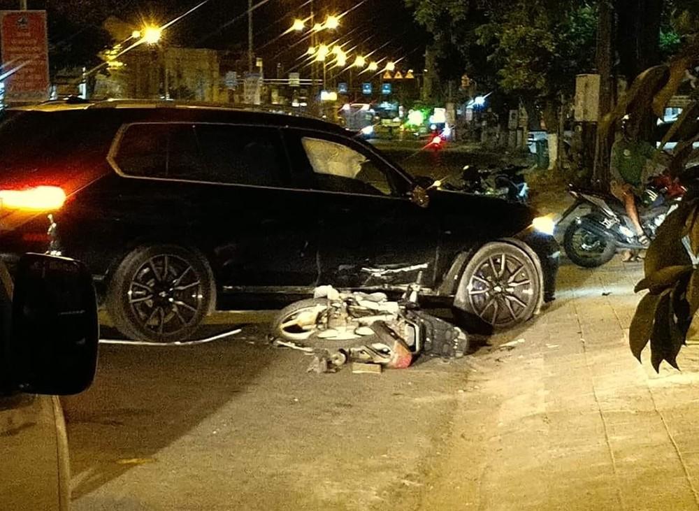 Cả chiếc xe máy lẫn chiếc ô tô BMW X7 đều bị hư hỏng sau vụ tai nạn