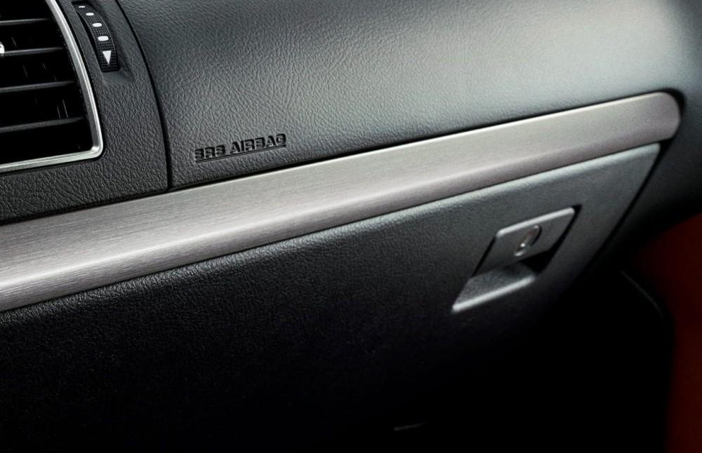 Ốp trang trí màu bạc ở mặt táp-lô trước mặt hành khách trên ghế phụ lái