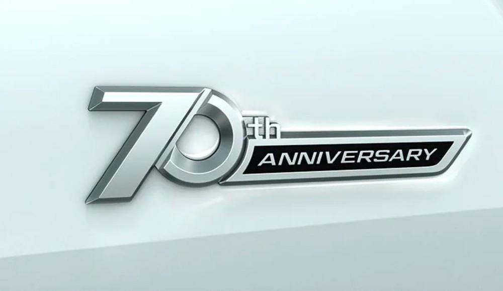 Logo 70th Anniversary bên ngoài xe