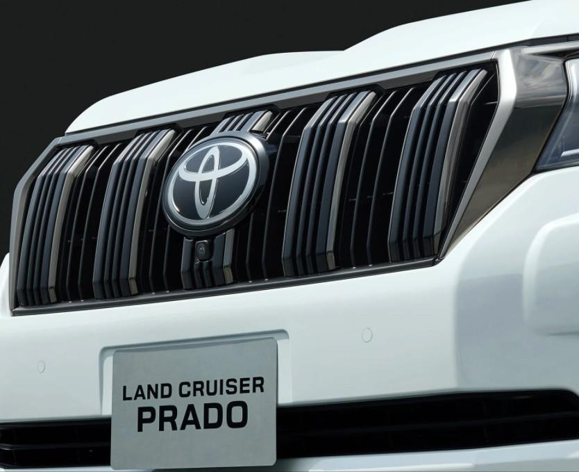 Lưới tản nhiệt màu đen của Toyota Land Cruiser Prado 70th Anniversary 2021