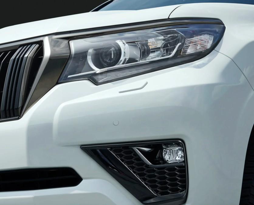 Chi tiết trang trí trong đèn pha và đèn sương mù trước của Toyota Land Cruiser Prado 70th Anniversary 2021